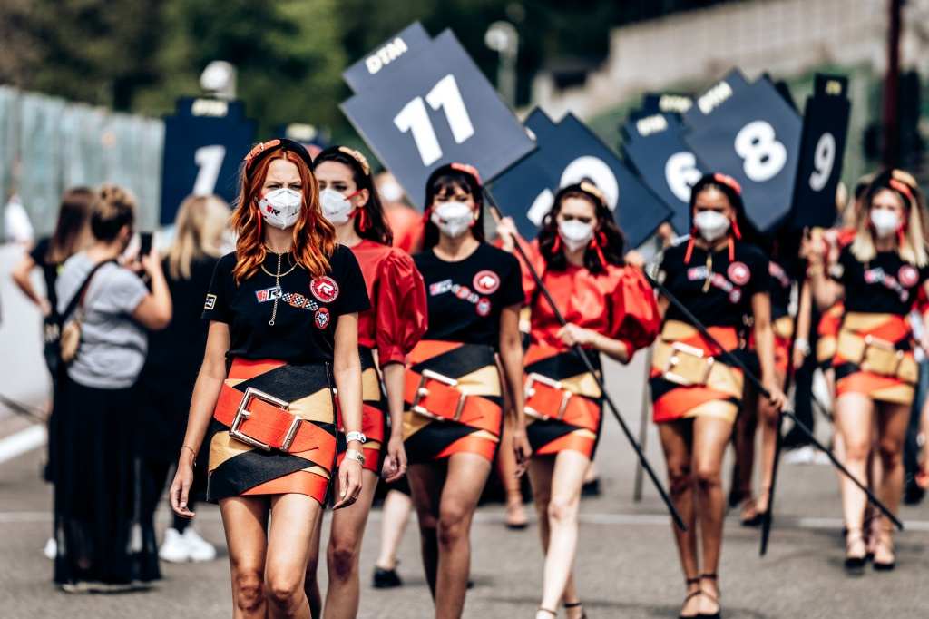 14-Grid-Girls-LIVE